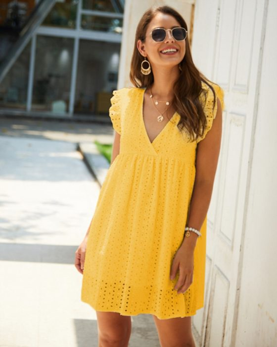Chica usando un vestido holgado de color amarillo