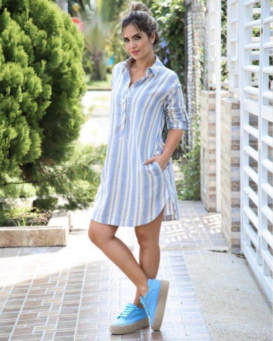 Chica usando un vestido holgado de color blanco con azul