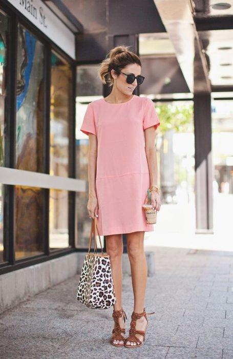 Chica usando un vestido holgado de color rosa