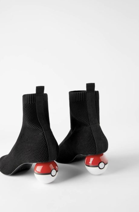 Botines cortos, negros con tacón en forma de pokebola roja con blanco