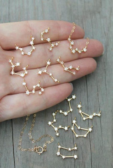 Aretes inspirados en el universo en color dorado con constelaciones