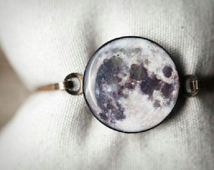 Pulsera inspirada en el universo con metal cobre y decorado de la luna