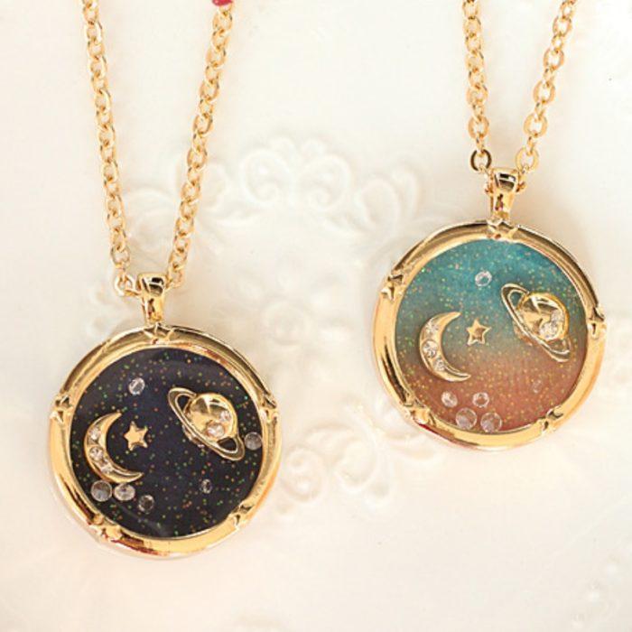 Collar inspirado en el universo con cadena dorada u dije de la Luna y Saturno