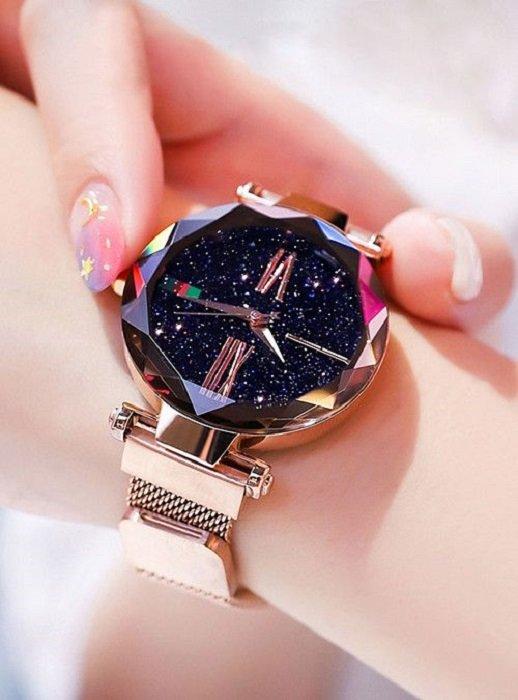 Reloj inspirado en el universo con cristal que forma un cielo estrellado