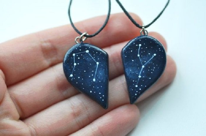 Collar inspirado en el universo con do piezas que forman un corazón y decorado con una constelación