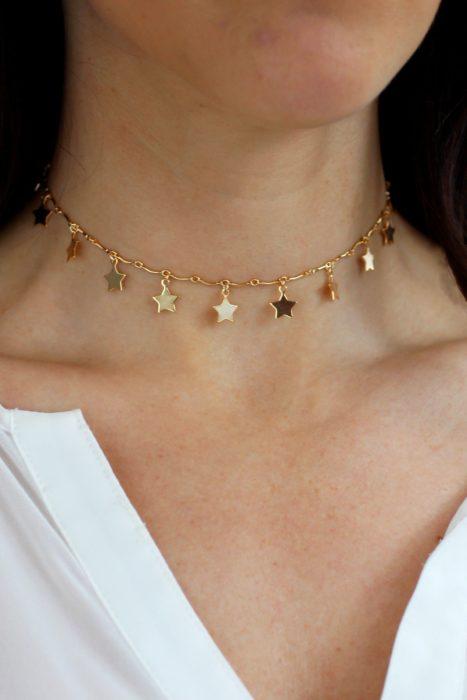 Collar inspirado en el universo con estrellas pequeñas en color dorado y ajustado al cuello
