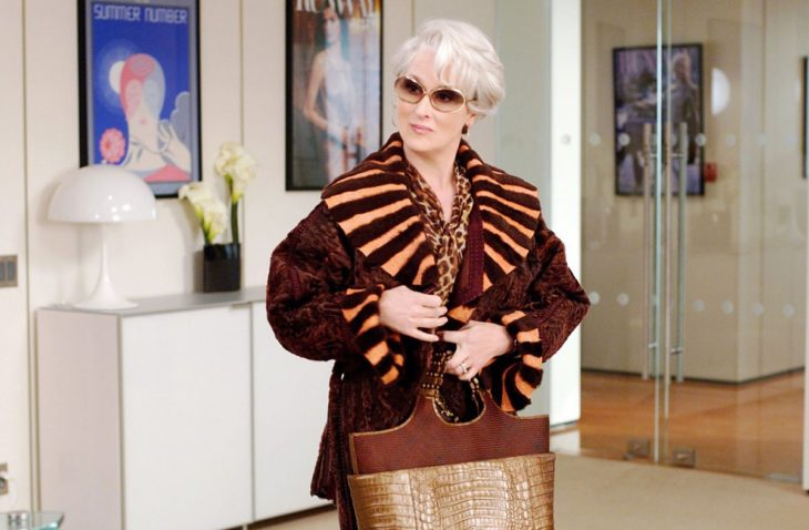 Escena de la película El Diablo Viste a la moda. Miranda quitándose su abrigo al llegar a la oficina