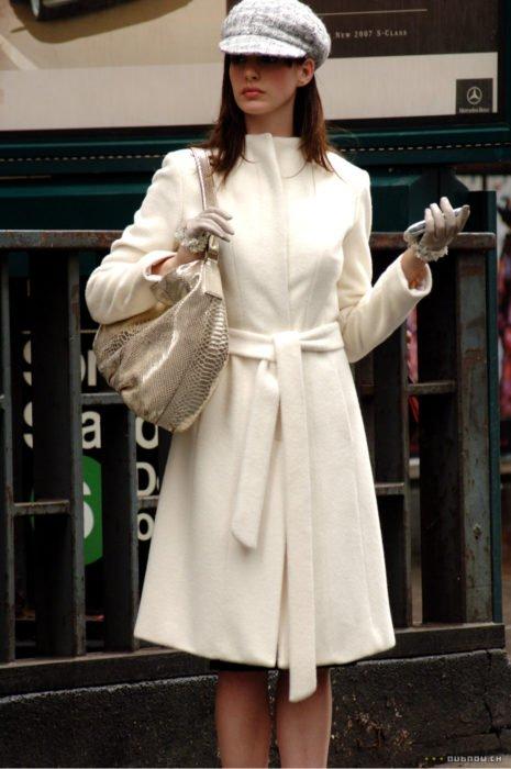 Escena de la película El Diablo Viste a la moda. Andrea usando un vestido de color blanco mientras camina por las calles