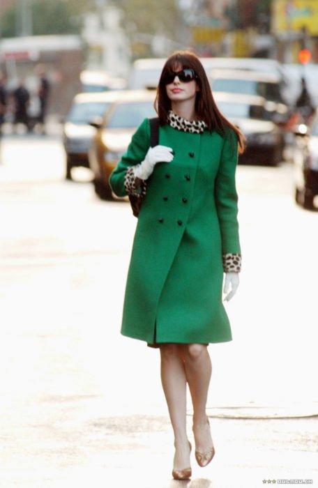 Escena de la película El Diablo Viste a la moda. Andrea caminando por la calle usando un abrigo de color verde