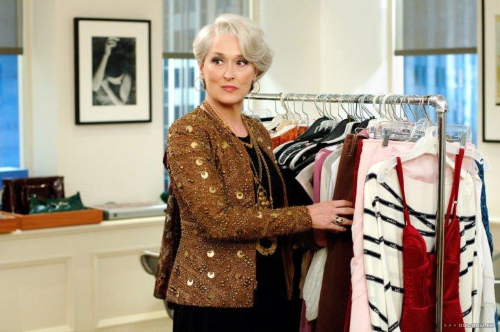 Escena de la película El Diablo Viste a la moda. Miranda usando un saco de color dorado con lentejuela