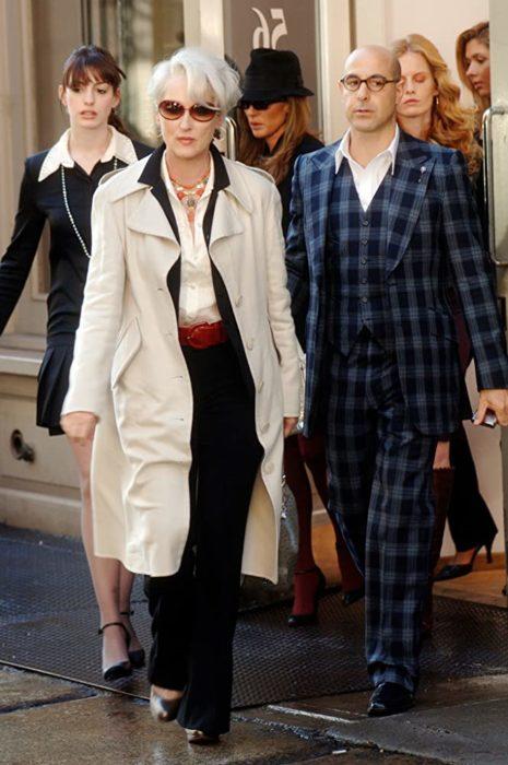 Escena de la película El Diablo Viste a la moda. Miranda caminando por la calle