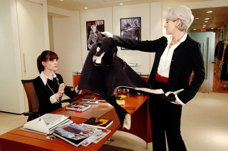 Escena de la película El Diablo Viste a la moda. Miranda entregandole a Andrea su abrigo de color negro