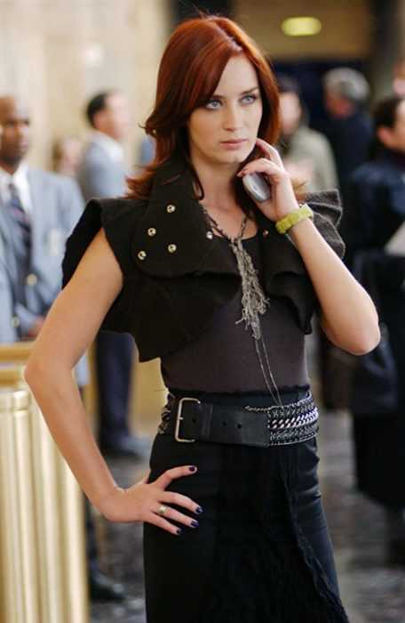 Escena de la película El Diablo Viste a la moda. Emily usando un atuendo de falda y top en color blanco