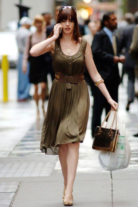 Escena de la película El Diablo Viste a la moda. Andrea caminando por las calles mientras usa un vestido de color verde