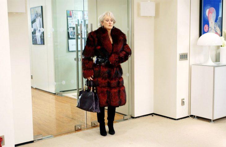 Escena de la película El Diablo Viste a la moda. Miranda usando un abrigo largo de color rojo con negro