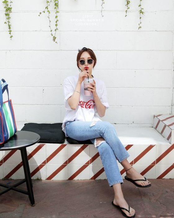 Chica sentanda con la pierna cruzada