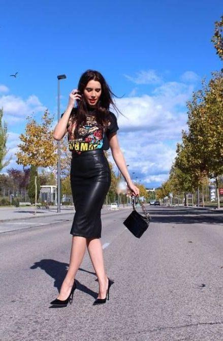 Mujer alta y delgada viste blusa negra y falda de lapiz tipo cuero