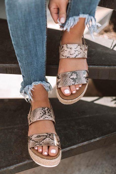 Sandalias con plataforma y correas con animal print