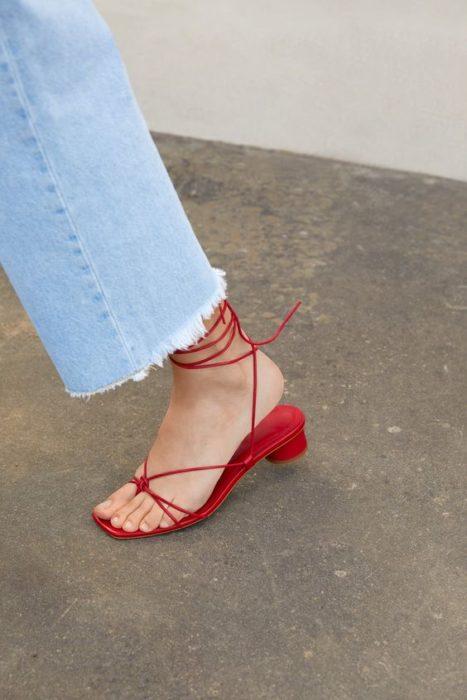 Sandalias rojas con cintas alrededor del tobillo