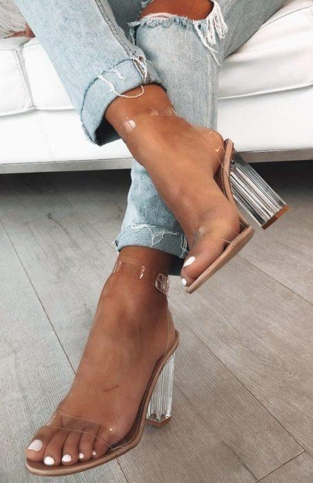 Sandalias de tacón cuadrado altas y transparentes