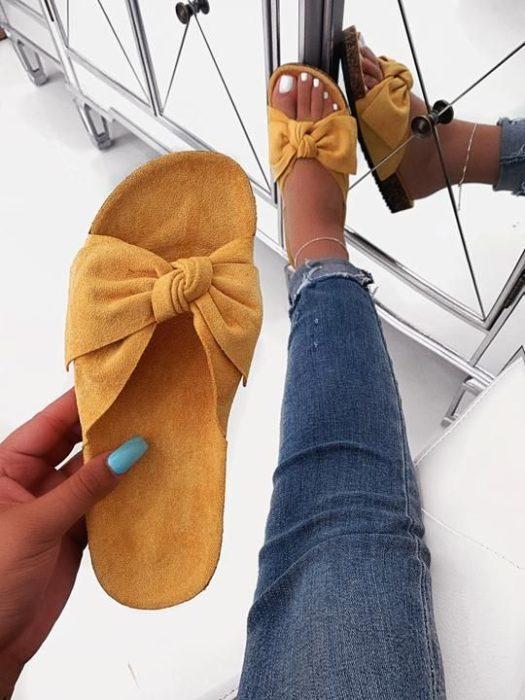 Sandalias amarillas de gamuza con cinta en forma de moño