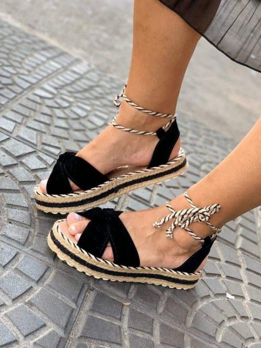 Sandalias de yute color negro y cintas blancas