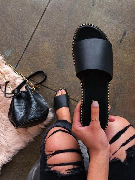 Sandalias negras con tachuelas