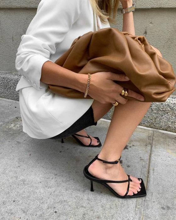 Sandalias negras con tacón bajo y tiras delgadas