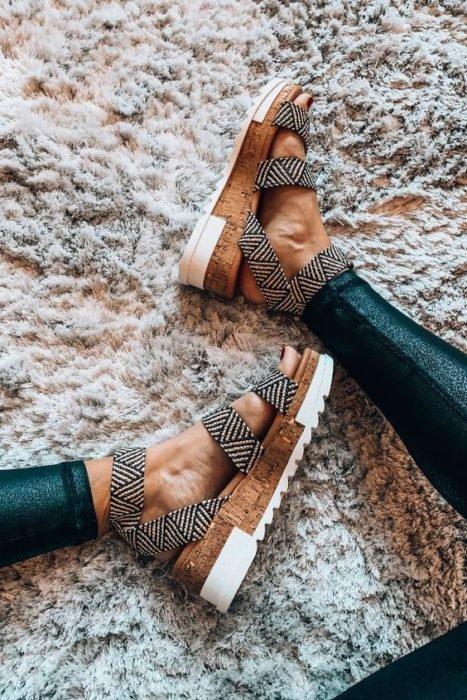 Sandalias de plataforma tipo corcho con estampado negro con blanco