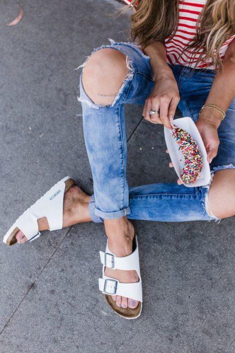 Sandalias blancas anchas con hebillas