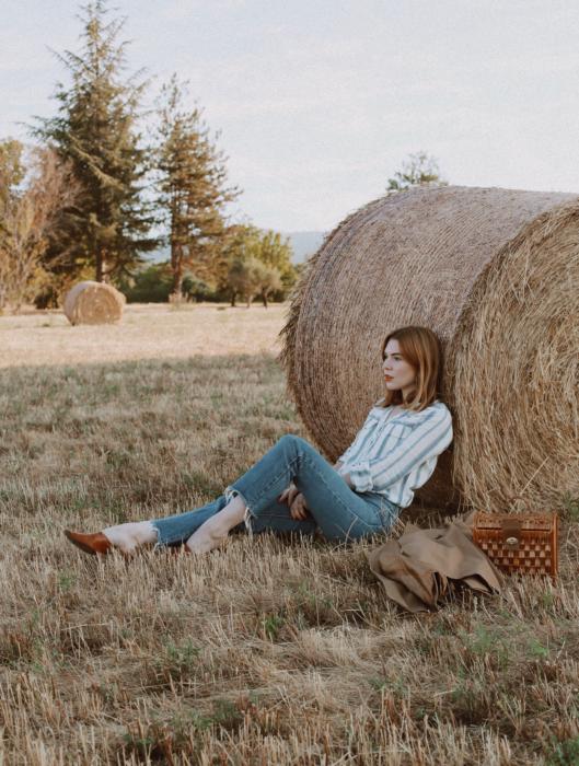 Chica usando outfit veraniego de jeans y camisa fresca