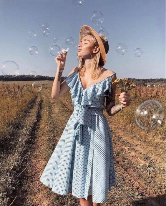 Chica usando outfit veraniego de vestido con escote V, con vuelo y cinturón