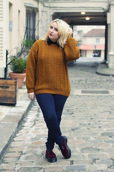 Chica plus size con suéter amarillo, jeans oscuros y botas negras dr. martnes