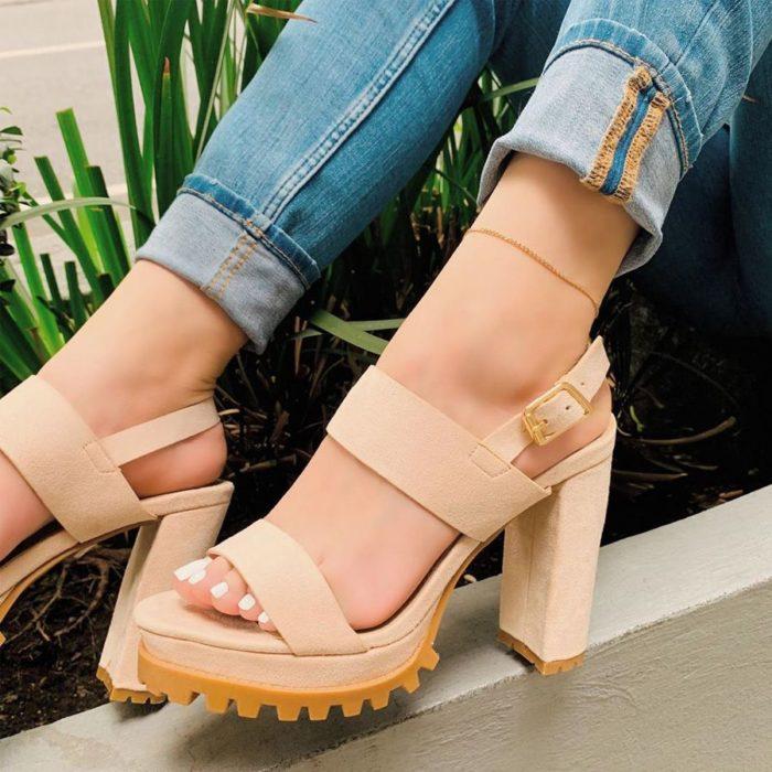 Zapatos de tacón ancho tipo sandalia con suela de goma color beige
