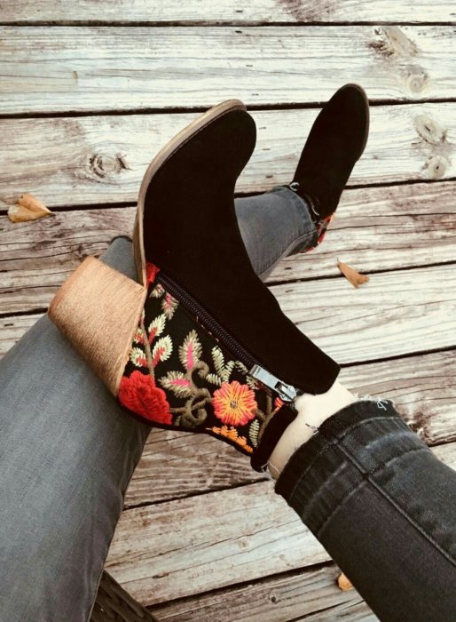 Zapatos de tacón ancho tipo botín color negro con bordado de flores en la zona del tacón