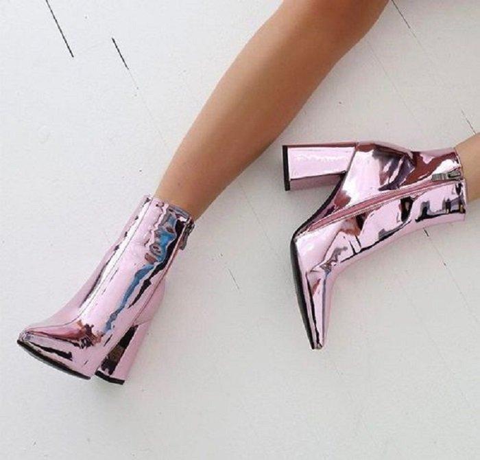Zapatos de tacón ancho tipo botín con efecto espejo en todo el diseño