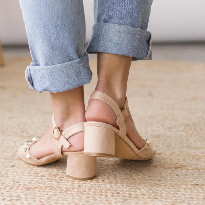 Zapatos de tacón ancho tipo sandalia color beige con tacón bajito