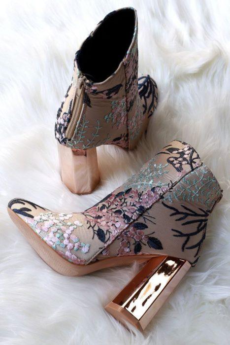 Zapatos de tacón ancho tipo botin, con diseño floreado y tacón con efecto espejo