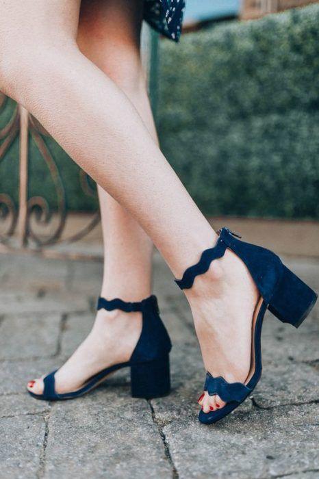 Zapatos de tacón ancho tipo sandalia con tacón bajo y pulserita en el tobillo color azul marino
