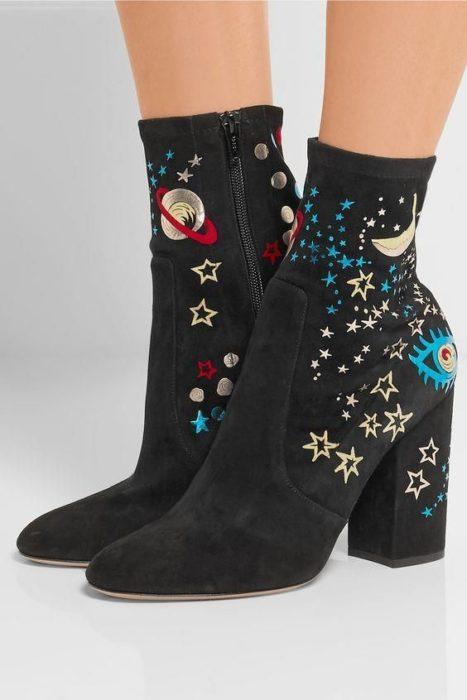 Zapatos de tacón ancho tipo botin con diseño de universo