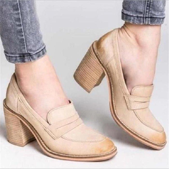 Zapatos de tacón ancho tipo mocasin color beige