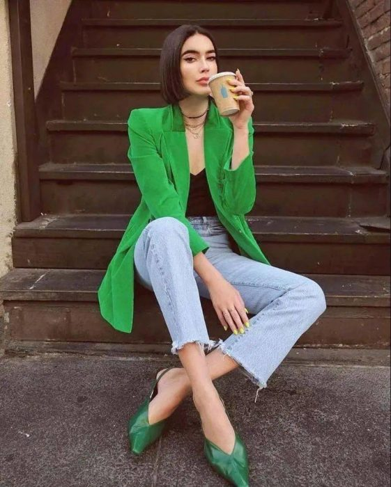 Chica usando un outfit de color brillante junto a unos zapatos de color verde militar