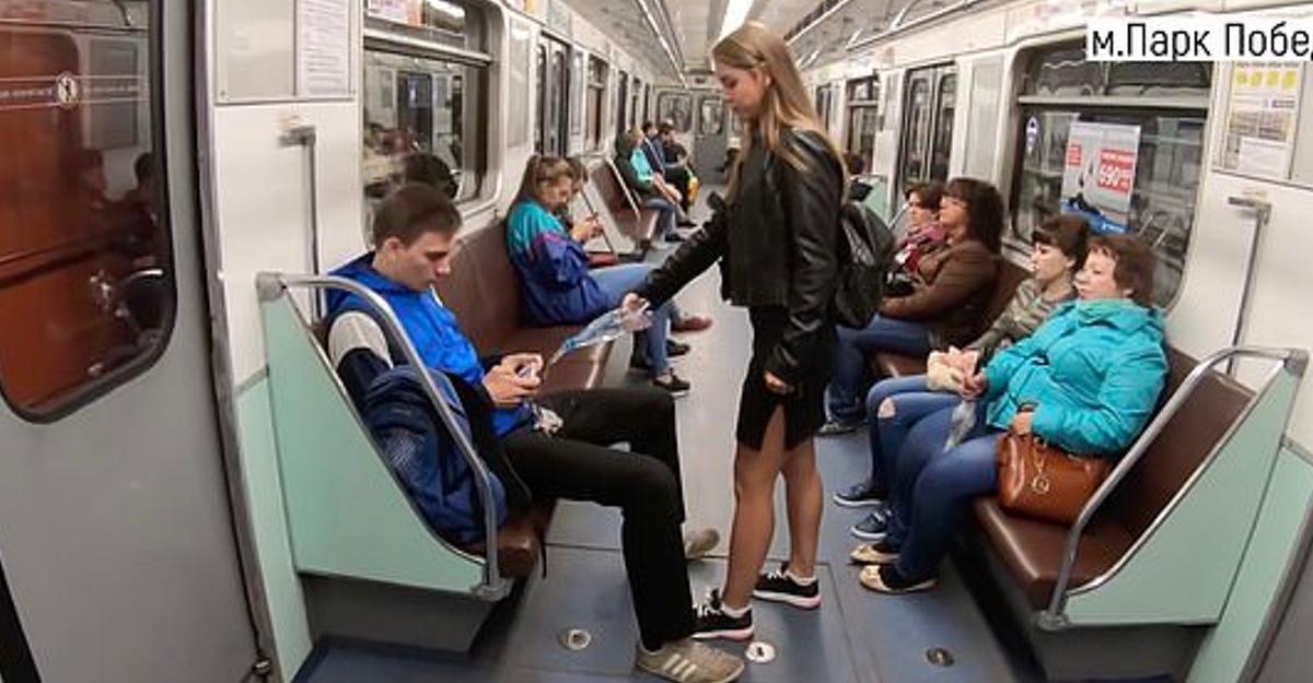 """El día que una mujer rusa lanzó cloro en la entrepierna de hombres en el metro. Cortó el """"manspread"""""""