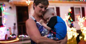 El día que la familia Allen adelantó Navidad para que su bebé con cáncer festejara. Partió a lo grande