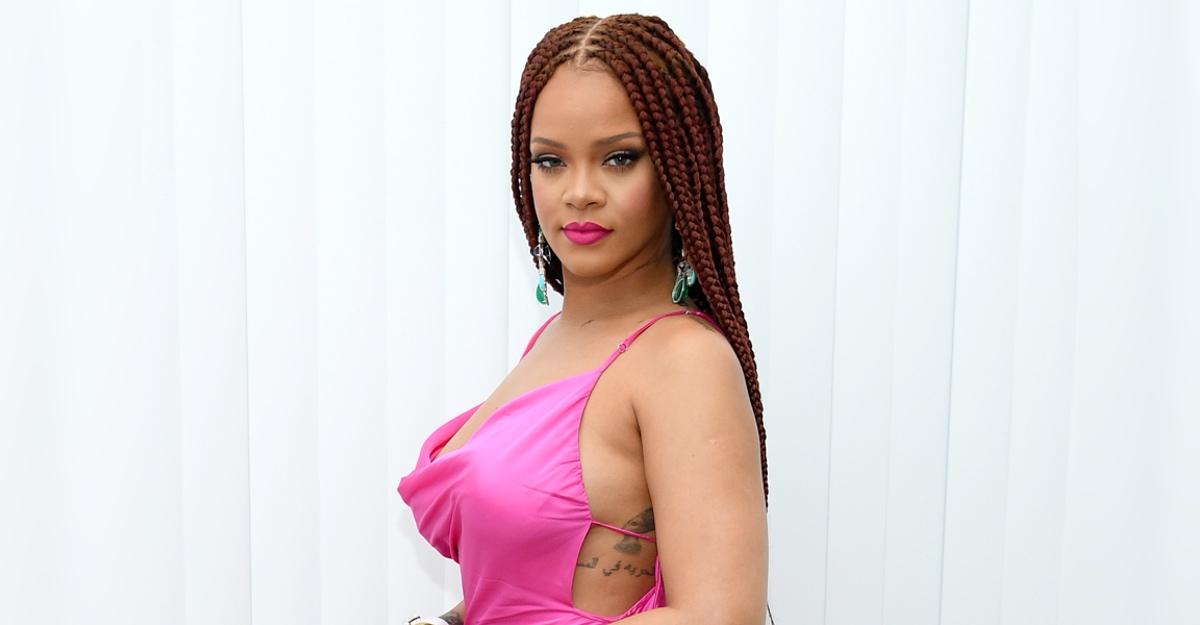"""En este momento estás viendo Nuevas calzas de la marca de Rihanna tienen un osado """"escote"""" en el trasero. Dividieron a los fans"""