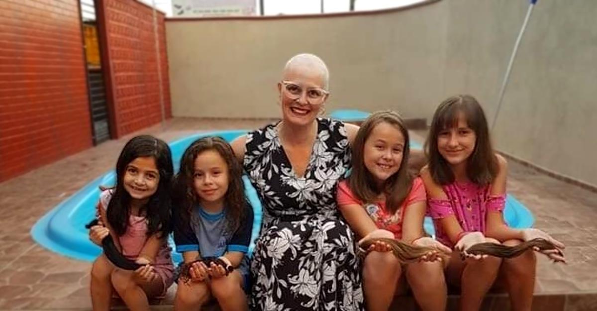 Chicas solidarizan con su querida maestra y se cortan el cabello para donárselo. Vencerán al cáncer